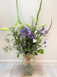 Plukboeket met witte gladiolen en paars en blauwe tinten