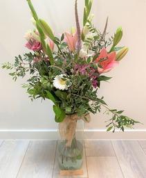Plukboeket met witte gladiolen en roze tinten