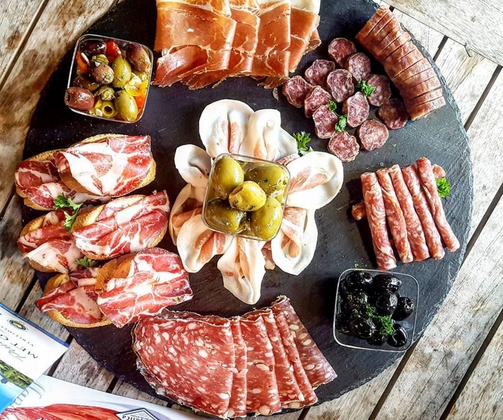 Een buitenlands vleeswaren plankje